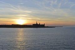 Solnedgång över den Kronborg slotten royaltyfri foto