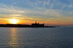 Solnedgång över den Kronborg slotten, Danmark royaltyfri bild