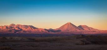 Solnedgång över den Licancabur vulkan - Atacama öken, Chile Fotografering för Bildbyråer