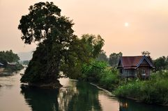 Solnedgång över den mekong deltan arkivfoton