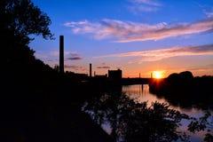 Solnedgång över den Merrimack floden Arkivfoton