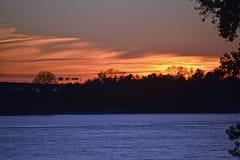Solnedgång över den Mississippi floden Arkivfoton