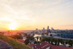 Solnedgång över den moderna staden av Vilnius Arkivbilder