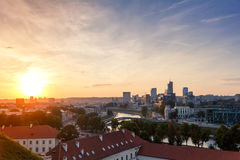 Solnedgång över den moderna staden av Vilnius Royaltyfri Fotografi