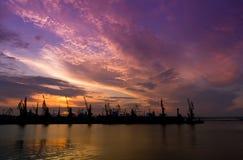 Solnedgång över den odessa hamnstaden royaltyfri bild