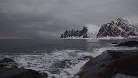 Solnedgång över den Okshornan bergskedjan på ön av Senja i nordliga Norge lager videofilmer