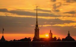 Solnedgång över den Peter och Paul fästningen i St Petersburg Royaltyfria Foton
