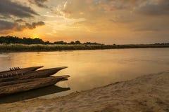 Solnedgång över den Rapti floden i Sauraha arkivbilder