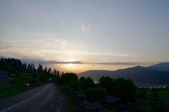 Solnedgång över den Ruginesti byn royaltyfri fotografi