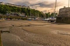 Solnedgång över den Saundersfoot hamnen, Wales arkivbild