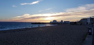 Solnedgång över den Southsea pir arkivfoto