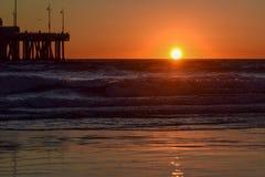 Solnedgång över den Venice Beach pir i Los Angeles, Kalifornien royaltyfria bilder