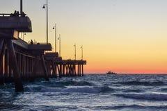 Solnedgång över den Venice Beach pir i Los Angeles, Kalifornien royaltyfri fotografi