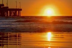 Solnedgång över den Venice Beach pir i Los Angeles, Kalifornien - solreflexion arkivfoto