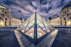 Solnedgång över den Versailles slotten arkivfoto