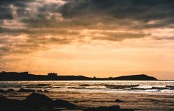 Solnedgång över den Watergate fjärden, Cornwall arkivfoto
