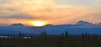 Solnedgång över Denali fotografering för bildbyråer