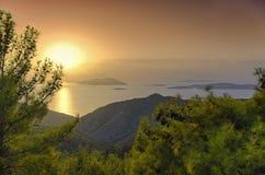 Solnedgång över det Aegean havet och de Dodecanese öarna arkivbilder