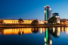 Solnedgång över det centrala området Nemiga i Minsk, Vitryssland Reflectio Arkivfoton
