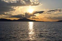 Solnedgång över det grekiska havet Royaltyfria Foton