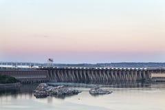 Solnedgång över det hydroelektriskt arkivbild