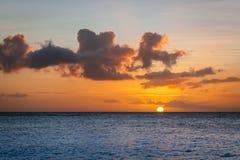 Solnedgång över det karibiska havet Arkivbild