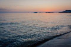 Solnedgång över det mörka havet Arkivfoto