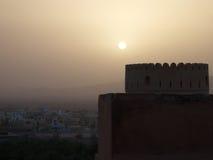 Solnedgång över det Nakhal fortet royaltyfri bild