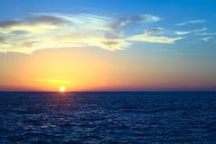 Solnedgång över det Stillahavs- på Iquique, Chile Royaltyfri Bild