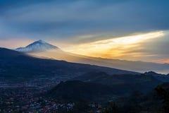 Solnedgång över det Tenerife landskapet med vulkan Pico del Teide i sn arkivbilder