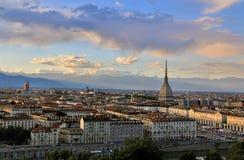 Solnedgång över det Turin centret med vågbrytaren Antonelliana, Turin, Italien, Europa Arkivfoton