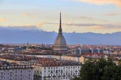 Solnedgång över det Turin centret med vågbrytaren Antonelliana, Turin, Italien, Europa Arkivbild