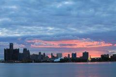 Solnedgång över Detroit horisont från Belle Isle Arkivbild