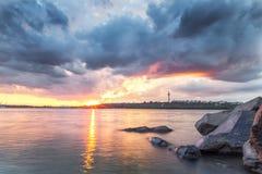 Solnedgång över Donauen i Galati, Rumänien Royaltyfri Bild