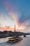 Solnedgång över Eiffeltorn och Seine River Fotografering för Bildbyråer