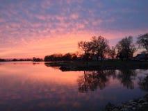 Solnedgång över El Dorado sjön arkivbilder