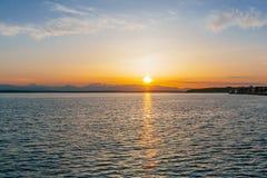 Solnedgång över Elliot Bay vid i stadens centrum Seattle, USA arkivbilder
