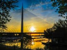 Solnedgång över en bro Royaltyfri Foto