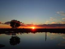 Solnedgång över en fördämning, Longreach, Queensland Royaltyfria Foton