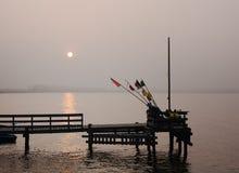 Solnedgång över en fiskepir i en liten by Rewa på den polska baltiska kustlinjen Arkivfoton
