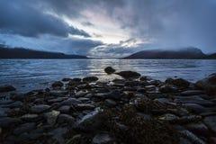 Solnedgång över en fjord i arktisken Arkivbilder