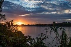 Solnedgång över en flod i den Amazonas regionen, Peru royaltyfri foto