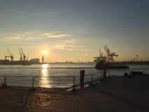 Solnedgång över en hamn och skeppsdockor Royaltyfria Foton