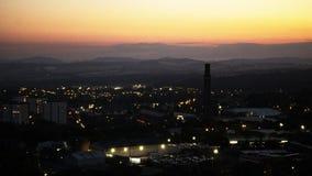 Solnedgång över en industriell stad arkivfoton