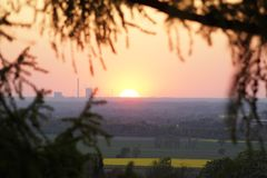 Solnedgång över en kraftverk Arkivbild
