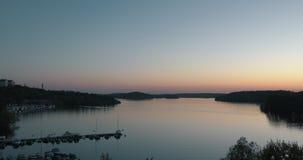 Solnedgång över en lugna sjö i suburbian Stockholm lager videofilmer