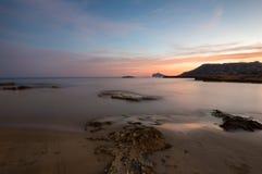 Solnedgång över en medelhavs- strand Fotografering för Bildbyråer