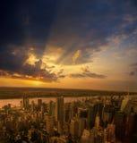 Solnedgång över en NYC Royaltyfri Bild