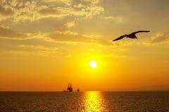 Solnedgång över en olje- plattform i det Aegean havet Royaltyfria Bilder