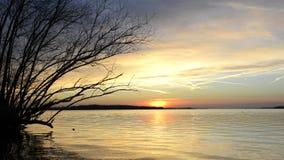 Solnedgång över en sjö lager videofilmer